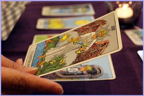 本格タロット講座(大アルカナ・小アルカナ)は、カードの意味を暗記するのではなく「カードの絵」にフォーカスしてカードの物語を通して楽しく感じて覚える講座です。