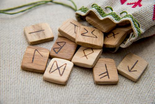 ルーン占い講座は、ルーン占い難しそう?ルーン文字の暗記が大変そう?と言う方にお薦めです。アングロサクソンフォサークを使用した34枚のオリジナルルーンカードで学ぶことができる講座です。
