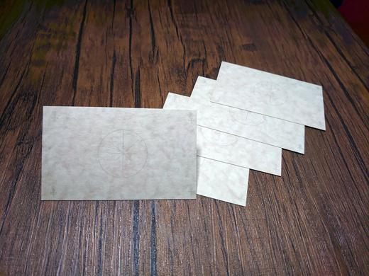 願望成就ペンは、あなたの願望をサポートして、成就まで導きます。また、付属の願望成就カードは、西洋魔術で使う洋皮紙を使用し、カードにもアンチモンの記号と願望成就のジオメトリー記号が印刷されています。このカードに願望を書き記し、手帳などに挟んで持ち歩くことをおススメします。1週間持ち歩いた後のカードをどうするのかは、あなたの心に従ってください。(ダウジングで訊ねてみるのも良いでしょう。)