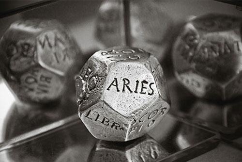 アストロダイス占い講座は、占星術のマークがついた3種類の12面体のサイコロ3つを同時に振って3つのブレンドで読み取る占いです。